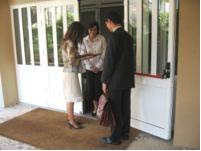 Los Testigos de Jehová que son 6,9 millones de miembros en 236 pa�ses y territorios, predican de casa en casa para dar clases y estudios b�blicos gratuitos.