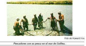 Pescadores con su pesca en el mar de Galilea.