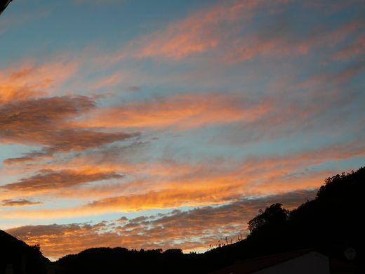 cielo_azul_nubes_naranja