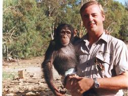 Pedro Pozas con el chimpance Kika